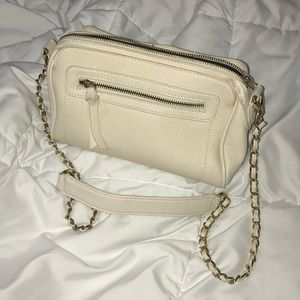 WHITE CHAINED CROSSBODY PURSE